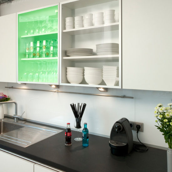 Plexiglass i dør til kjøkkenskap