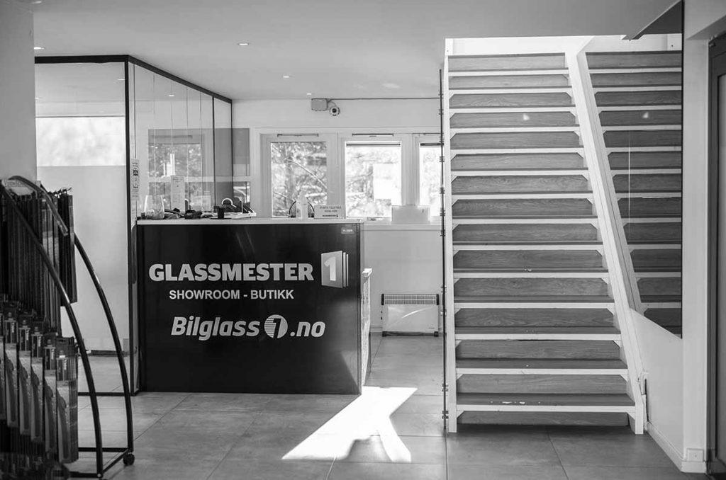 Glasssmester1 Lørenskog sin butikk med utstilling av glassvegger, glassrekkverk og speil