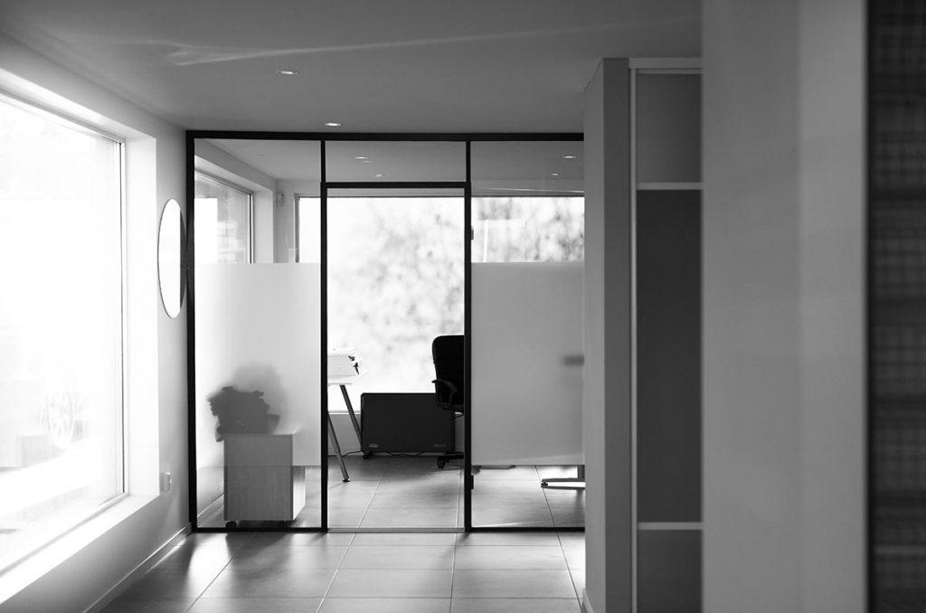 Glasssmester1 Lørenskog sin butikk med utstilling av glassvegger med svarte profiler