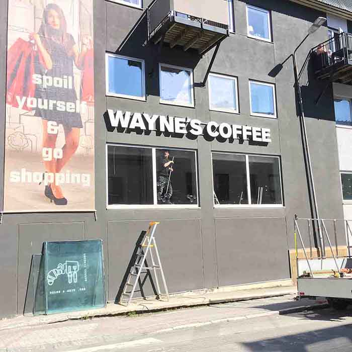 Montering av energiglass i fasade for Waynes Coffee