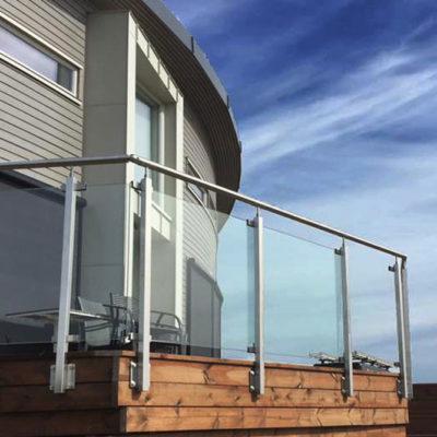 Sidemontert glassrekkverk med stolper