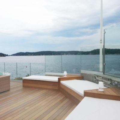 Glassrekkverk langs terrasse ved sjøen