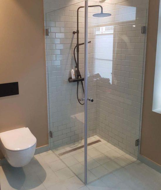 Dusjløsningen som er et dusjhjørne med to dusjdører og magnetlister