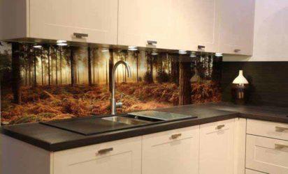 Glass over kjøkkenbenk med tapet bak