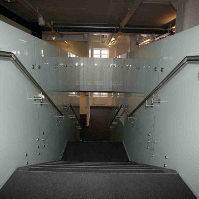 Glassvegger rundt trapp