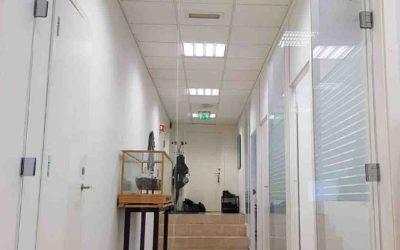Glassdører inn til kontorer