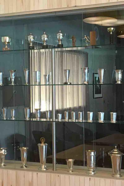Glassmonter med glasshyller og glassdører