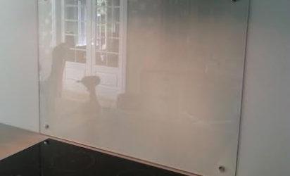 Glassplate bak komfyr - Optihvit med pynteskruer