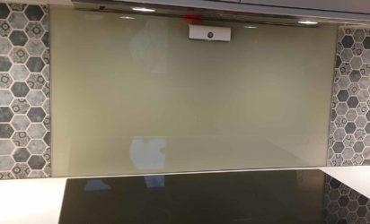 Glassplate bak komfyr, mellom fliser
