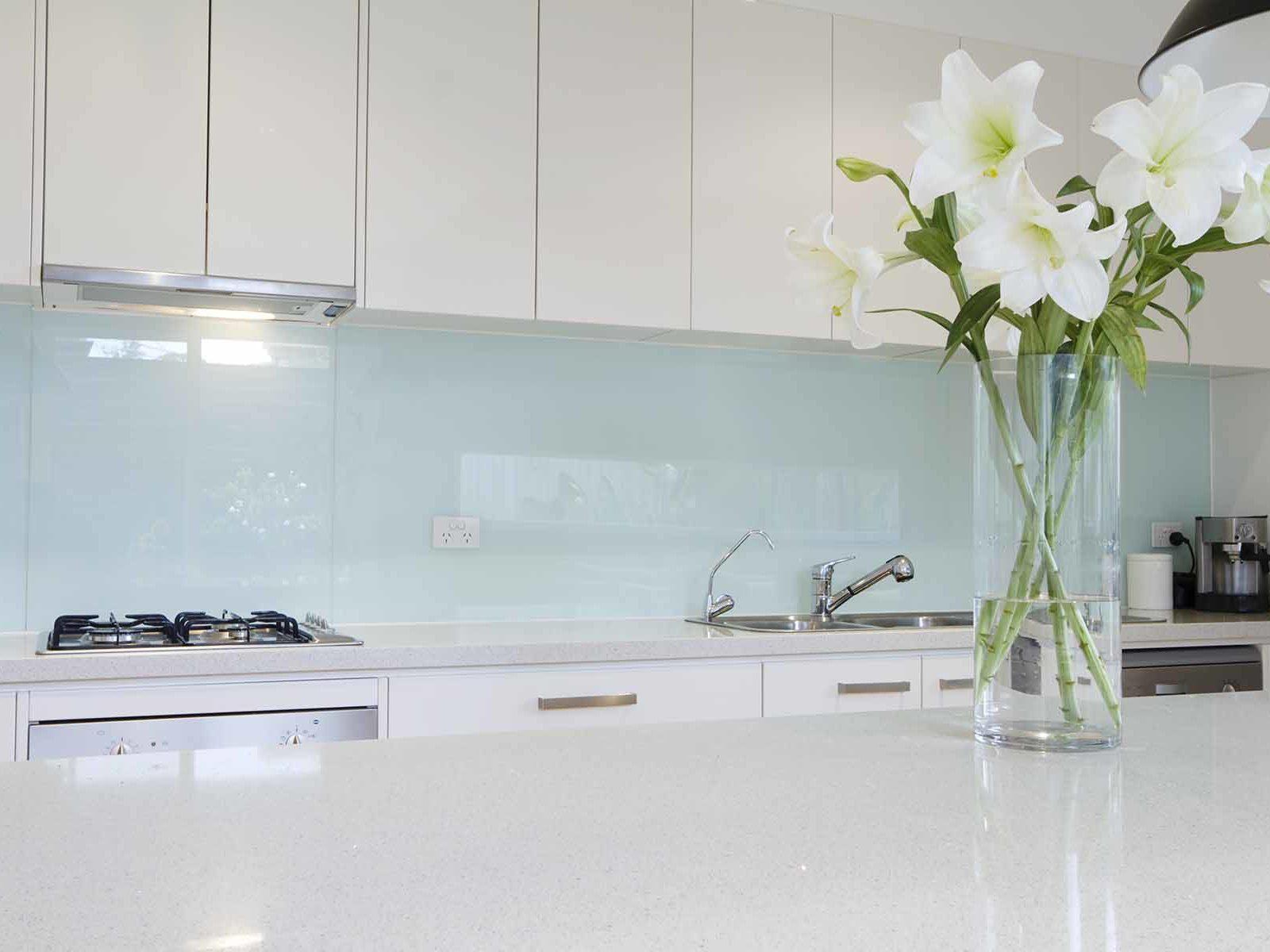 Glass over kjøkkenbenk