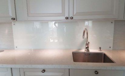 Hvit glassplate over kjøkkenbenk