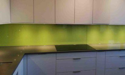 Glass over kjøkkenbenk lys grønn