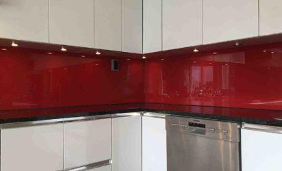 Glass over kjøkkenbenk rød