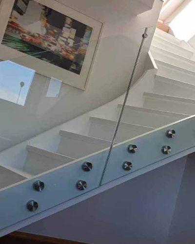 Rekkverk i glass i trapp inne