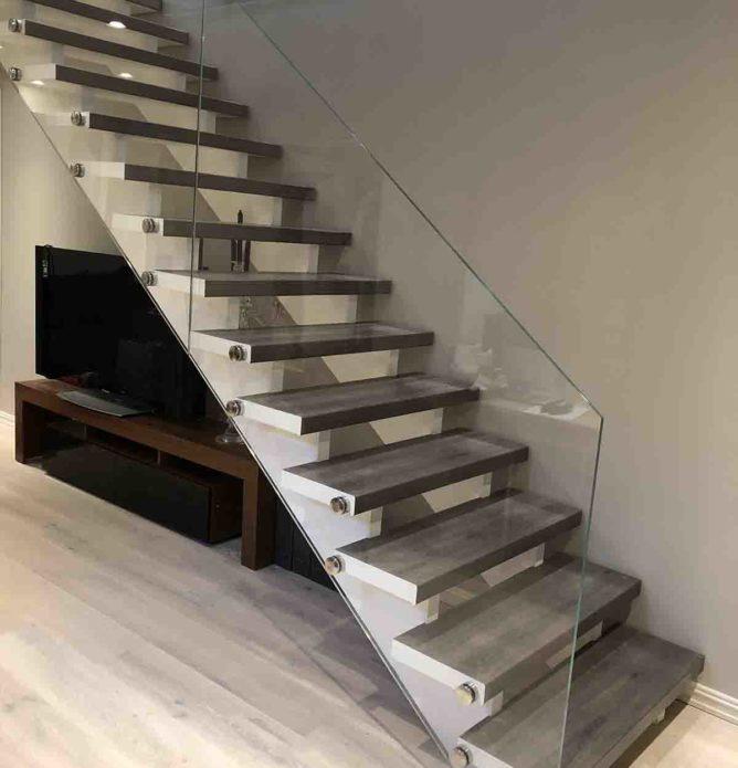 Glassrekkverk til trapp inne