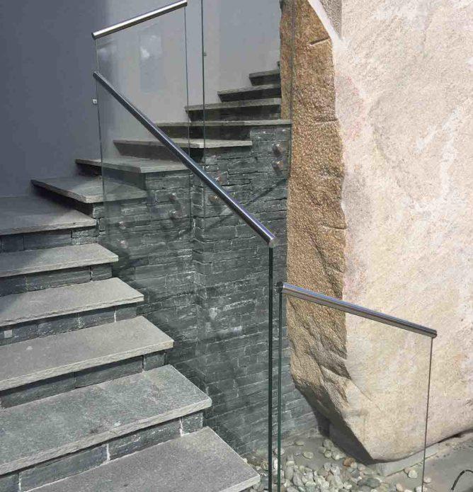 Glassrekkverk til utvendig steintrapp