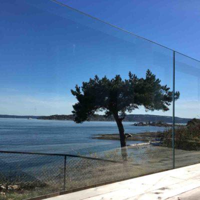 Utvendig glassrekkverk rundt terrasse