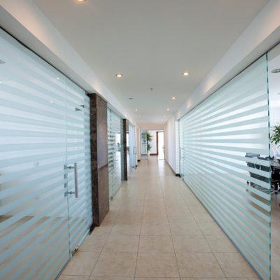 Glassvegger med folie på kontor
