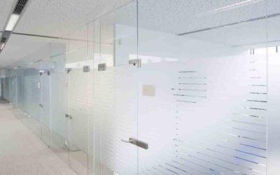 Glassvegger med folie som skillevegger mellom kontor