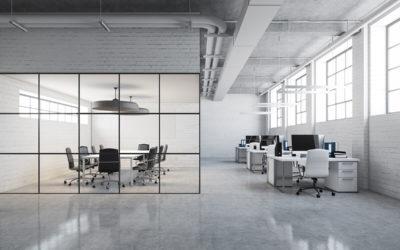 Smijernsvegg - Glassvegg skillevegg med svarte sprosser på kontor