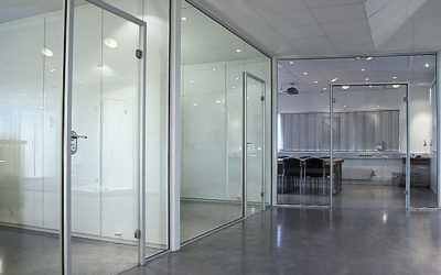 Glassvegger og glassdører på kontor