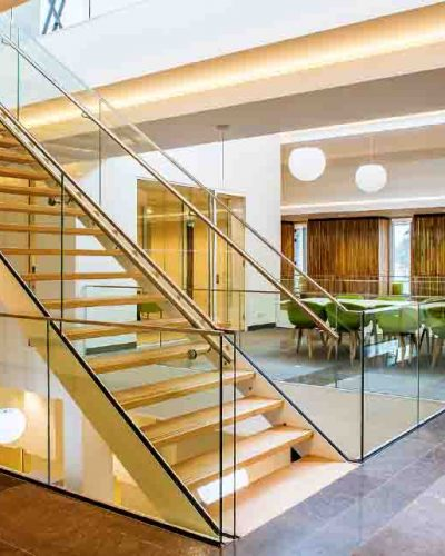 Glassrekkverk til trapp og rundt trapp i kontorbygg