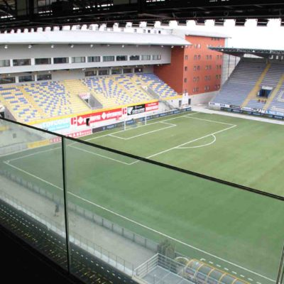 Glassrekkverk fotballstadion