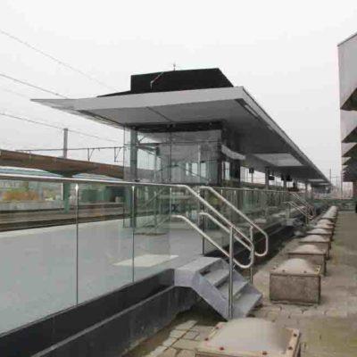 Onlevel glassrekkverk togstasjon