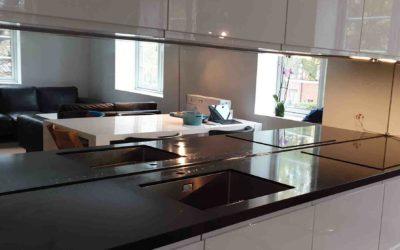Speil over kjøkkenbenk