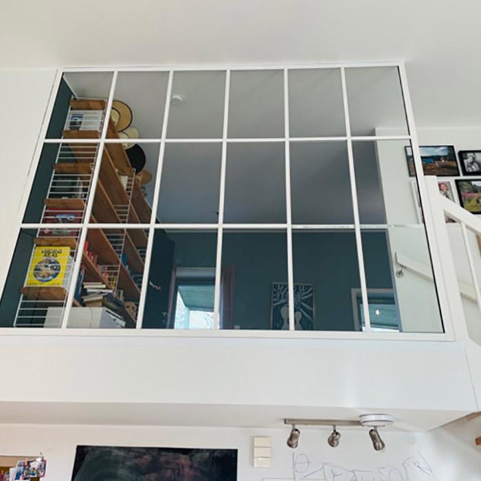 glassvegger med hvite sprosser mot trapp