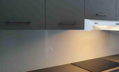 Glassplate i klart glass på kjøkken