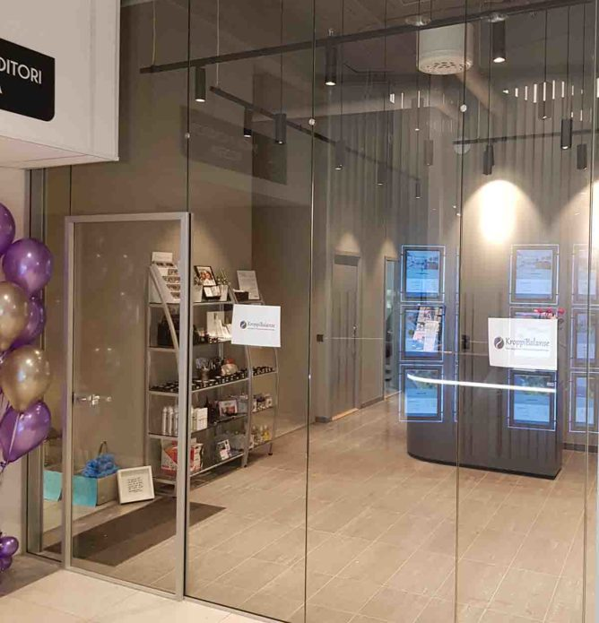 Glassvegger og glassdør til butikk i kjøpesenter