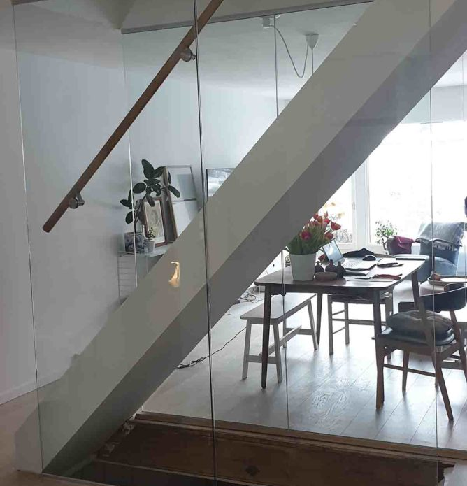 Glassvegg i trapp med håndløper