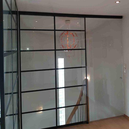 Glassvegger med sprosser mot trapp