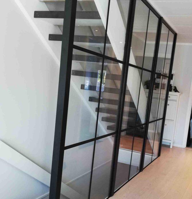 Smijernsvegg - glassvegg med svarte sprosser i trapp