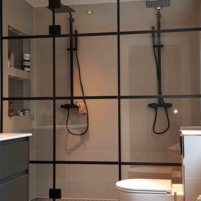 Moderne bad med dusjvegg med svarte sprosser