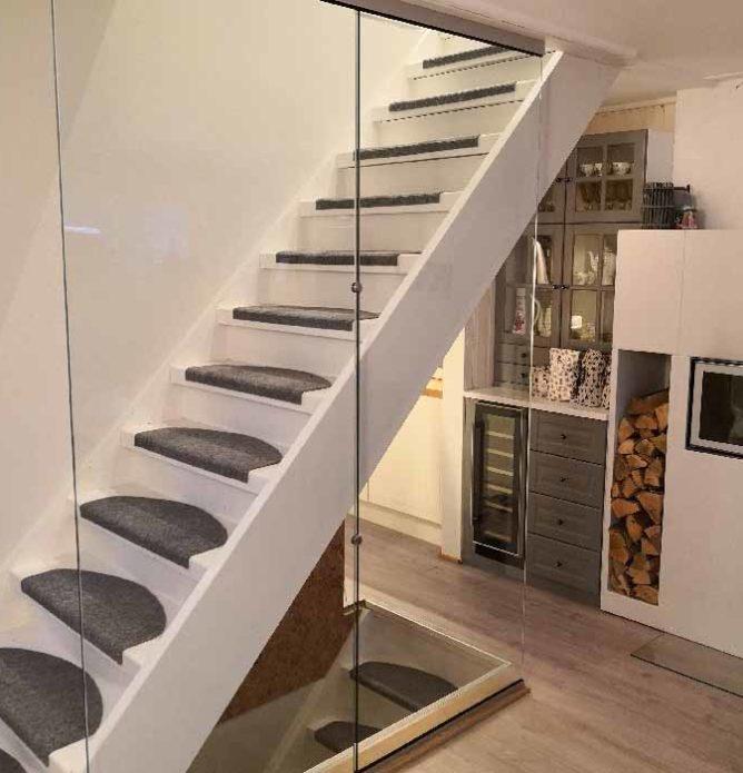 Glassvegger i trapp