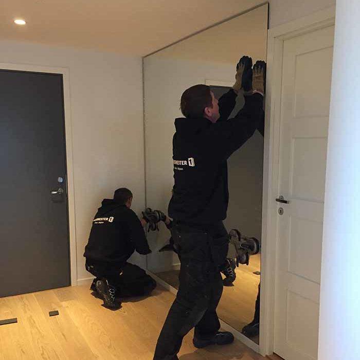 Montering av stort veggspeil