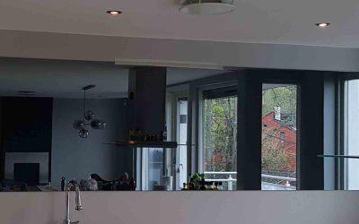 Sotet speil over kjøkkenbenk