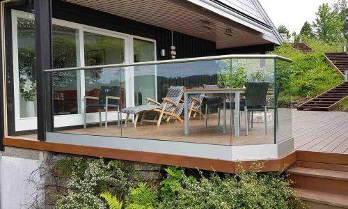 Glassrekkverk rundt terrasse