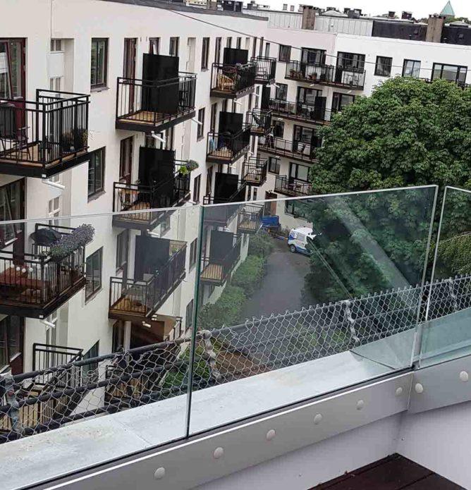 Glassrekkverk rundt takterasse på blokk