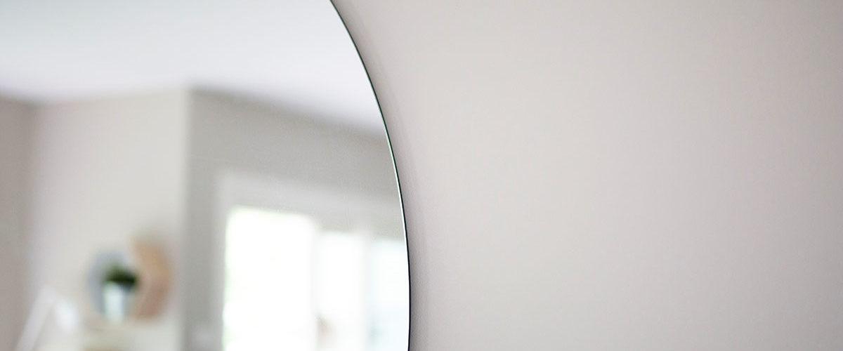 Stort rundt speil på veggen skreddersydd etter kundens ønske