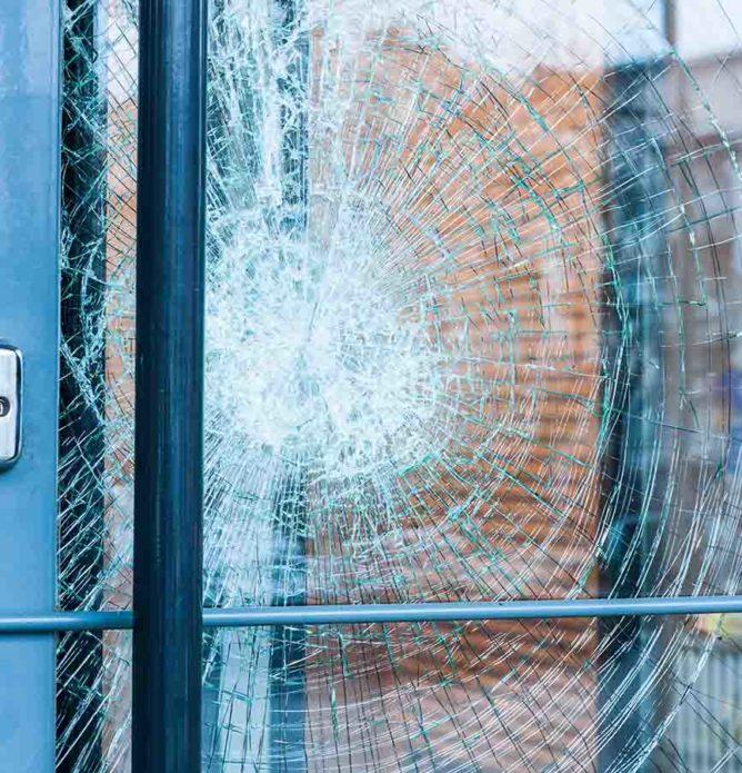 Knust glass i vinduer og dører sikres av Glassmester1 24 timer i døgnet, hele året