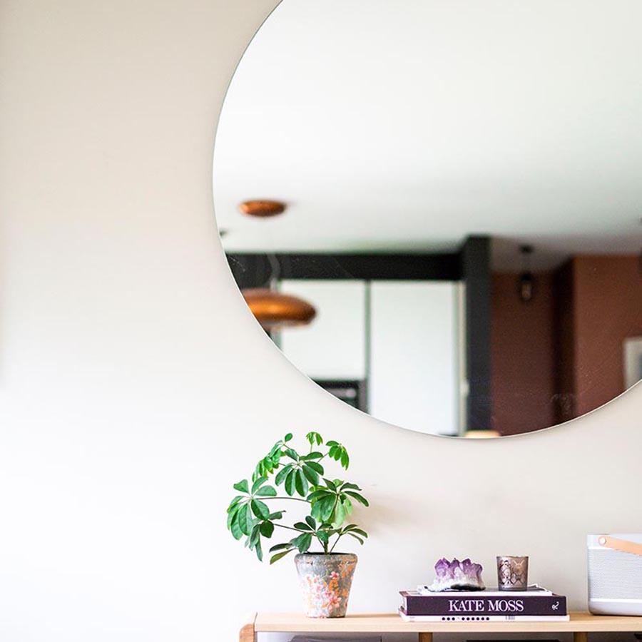 Stort rundt speil på mål i stedet for bilde på veggen