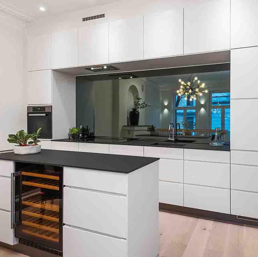 Speil over kjøkkenbenken ferdig montert av Glassmester1