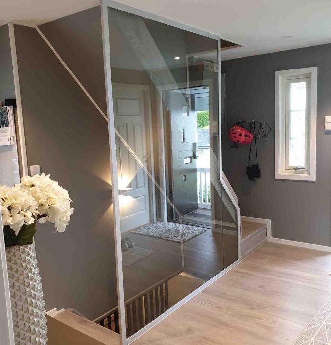 Glassvegg i trapp med hvite profiler, skreddersydd på mål