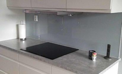 Lys grå glassplate over kjøkkenbenken