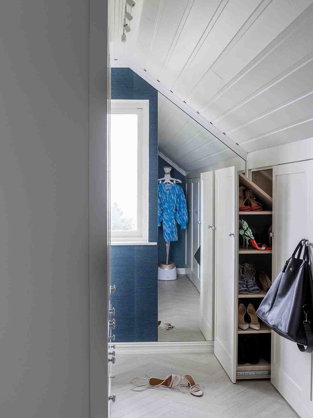 Eget speil designet slik at det passet perfekt mellom vinduet og veggen mot skråtaket