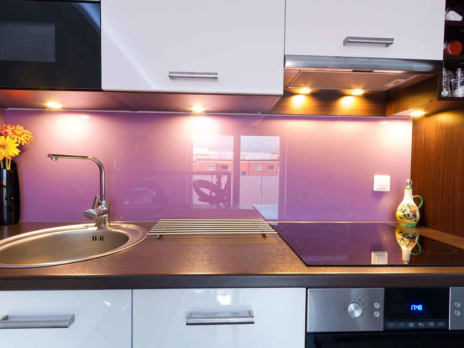 Pusse opp kjøkken med lilla glassplate over kjøkkenbenken