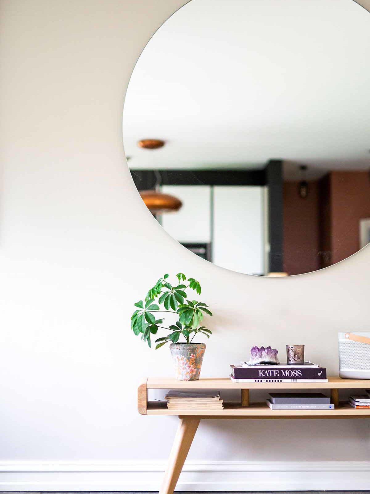 Moderne hjem med stort rundt speil som dekor